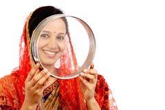 Giovane donna che celebra festival del chauth di Karva Immagine Stock Libera da Diritti