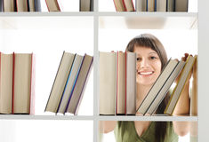 Giovane donna che cerca un libro Fotografie Stock