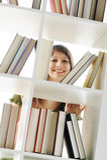 Giovane donna che cerca un libro Fotografia Stock Libera da Diritti