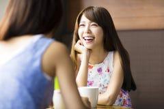 giovane donna che chiacchiera in una caffetteria Immagini Stock Libere da Diritti