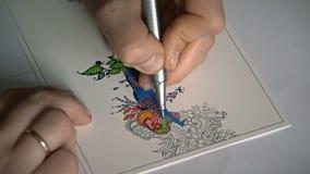 Giovane donna che colora un'anti mandala di sforzo archivi video