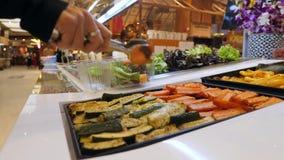 Giovane donna che compra le verdure organiche per insalata Il vegetariano porta via il concetto sano di stile di vita di dieta di stock footage