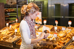 Giovane donna che compra pane fresco Fotografia Stock