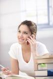 Giovane donna che comunica sul sorridere mobile Fotografia Stock Libera da Diritti