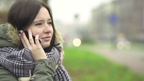 Giovane donna che comunica sul telefono video d archivio