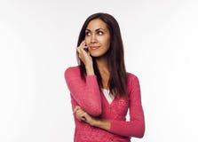 Giovane donna che comunica sul telefono Immagine Stock