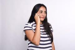Giovane donna che comunica sul telefono Immagini Stock Libere da Diritti