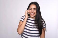Giovane donna che comunica sul telefono Fotografie Stock