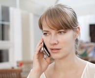 Giovane donna che comunica sul telefono delle cellule Fotografia Stock