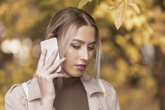 Giovane donna che comunica sul telefono mobile Fotografia Stock