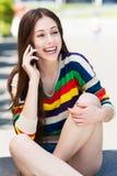 Giovane donna che comunica sul telefono mobile Fotografia Stock Libera da Diritti
