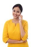 Giovane donna che comunica sul telefono mobile Immagine Stock Libera da Diritti
