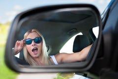 Giovane donna che conduce automobile Fotografie Stock Libere da Diritti