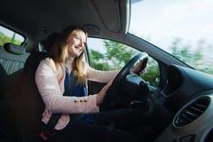 Giovane donna che conduce un'automobile Fotografia Stock