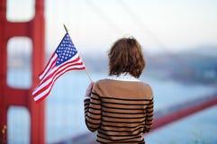 Giovane donna che considera golden gate bridge famoso immagini stock libere da diritti