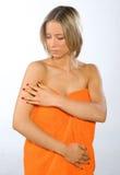 Giovane donna che controlla la sua pelle Immagini Stock Libere da Diritti