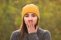 Giovane donna che copre la sua bocca di sua mano fotografia stock libera da diritti