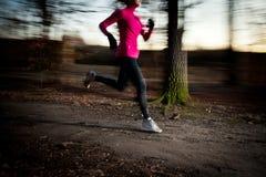 Giovane donna che corre all'aperto in un parco della città Immagini Stock Libere da Diritti
