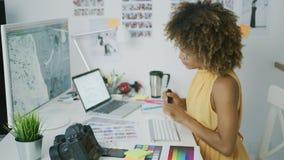 Giovane donna che crea nuovo progetto archivi video