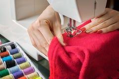 Giovane donna che cuce con la macchina per cucire Immagine Stock Libera da Diritti