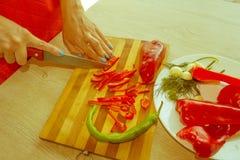 Giovane donna che cucina nella cucina Alimento sano Immagine Stock