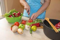 Giovane donna che cucina nella cucina Alimento sano Immagine potata delle verdure di taglio della ragazza per alimento Fotografia Stock Libera da Diritti
