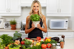 Giovane donna che cucina nella cucina fotografie stock