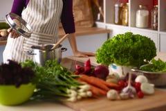Giovane donna che cucina nella cucina Alimento sano Fotografia Stock