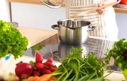 Giovane donna che cucina nella cucina Alimento sano Fotografie Stock Libere da Diritti