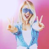 Giovane donna che dà il segno di pace immagini stock libere da diritti