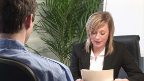 Giovane donna che dà Job Interview stock footage
