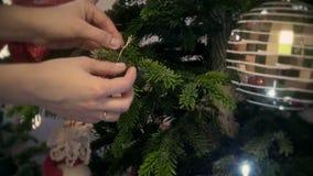 Giovane donna che decora un albero di chrtistmas stock footage