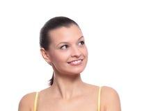 Giovane donna che distoglie lo sguardo isolata su bianco Immagine Stock