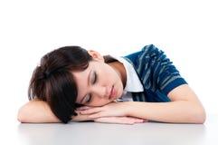 Giovane donna che dorme con garbo Immagini Stock