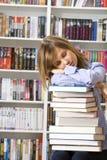 Giovane donna che dorme con i libri Fotografia Stock