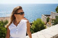 Giovane donna che esamina la distanza Fotografie Stock Libere da Diritti