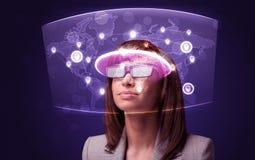 Giovane donna che esamina la mappa di rete sociale futuristica Fotografia Stock