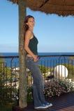 Giovane donna che esamina macchina fotografica - vista di oceano - modello Immagini Stock Libere da Diritti