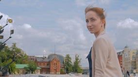 Giovane donna che esamina parte storica della città stock footage