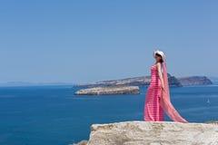 Giovane donna che esamina una bella vista del mare La Grecia, Santorini immagini stock libere da diritti