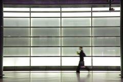 Giovane donna che esce dalla stazione ferroviaria Immagini Stock Libere da Diritti