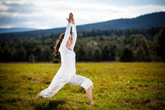 Giovane donna che esercita yoga esterna Fotografie Stock