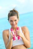 Giovane donna che excercising sulla spiaggia Fotografia Stock