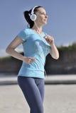 Giovane donna che fa allenamento sulla spiaggia Fotografia Stock