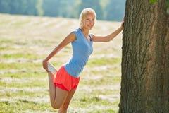 Giovane donna che fa allungamento degli esercizi Fotografia Stock Libera da Diritti
