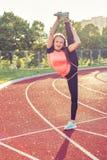 Giovane donna che fa allungamento di sport Immagine Stock Libera da Diritti