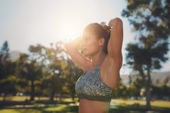 Giovane donna che fa allungando allenamento al parco Immagine Stock Libera da Diritti