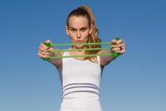Giovane donna che fa allungando esercitazione Fotografia Stock Libera da Diritti