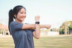 Giovane donna che fa allungando esercizio nel parco Immagine Stock Libera da Diritti