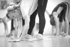 Giovane donna che fa allungando gli esercizi, monocromatici Fotografia Stock Libera da Diritti